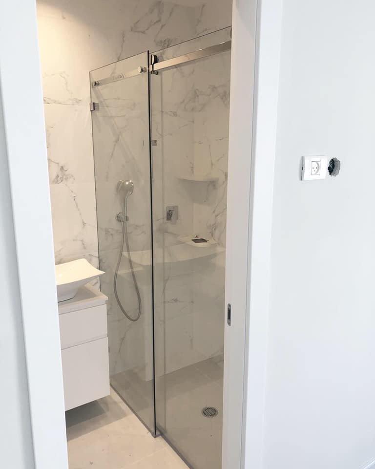 מקלחון חזית קבוע + דלת הזזה 8 מ״מ